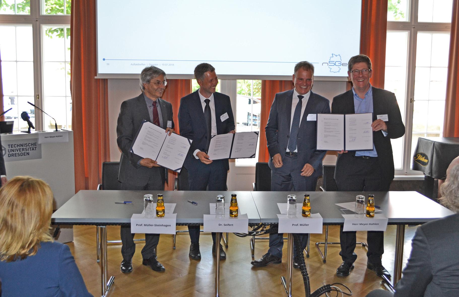 Kooperationsvertragunterzeichnung an der TU Dresden